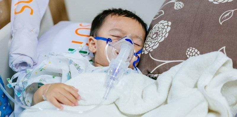 Các triệu chứng của bệnh viêm phổi do vi rút hợp bào hô hấp là gì?