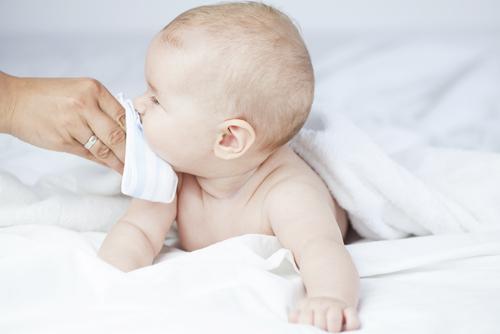 Các phương pháp điều trị bệnh u xơ ở trẻ sơ sinh xâm lấn là gì?