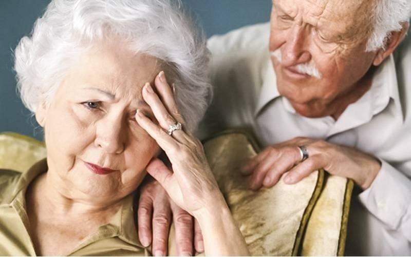 Các triệu chứng của bệnh bạch cầu lymphocytic mãn tính ở người già là gì?